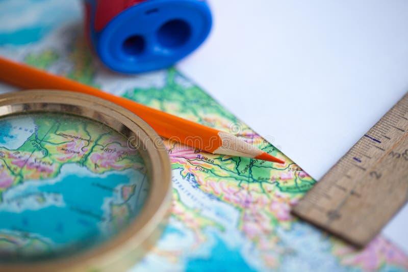 Karte und Bleistift auf dem Tisch lizenzfreie stockfotos