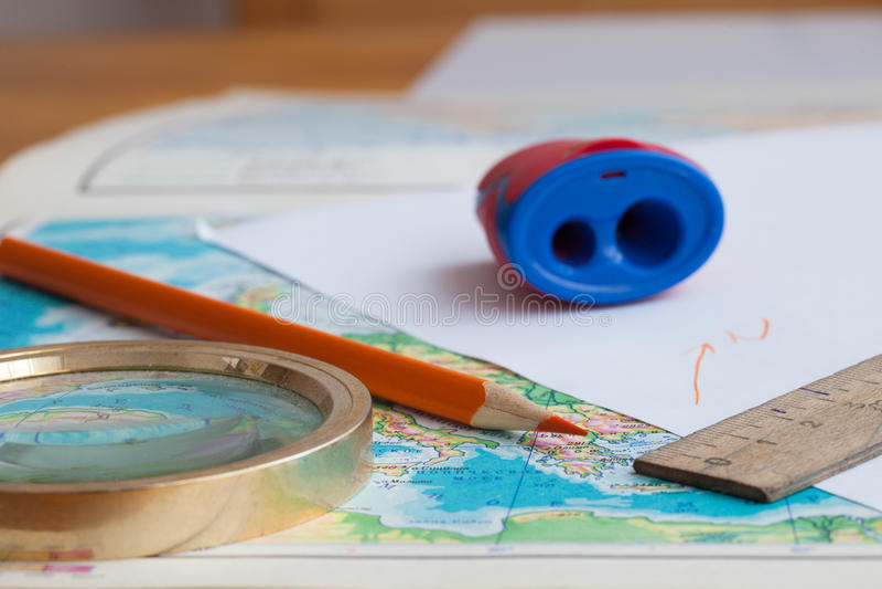 Karte und Bleistift auf dem Tisch stockbilder