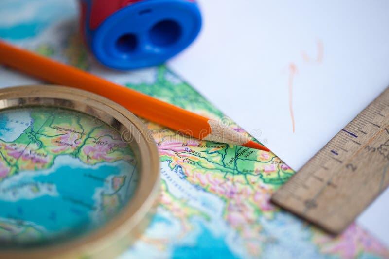 Karte und Bleistift auf dem Tisch stockfotos