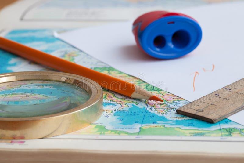 Karte und Bleistift auf dem Tisch lizenzfreie stockfotografie