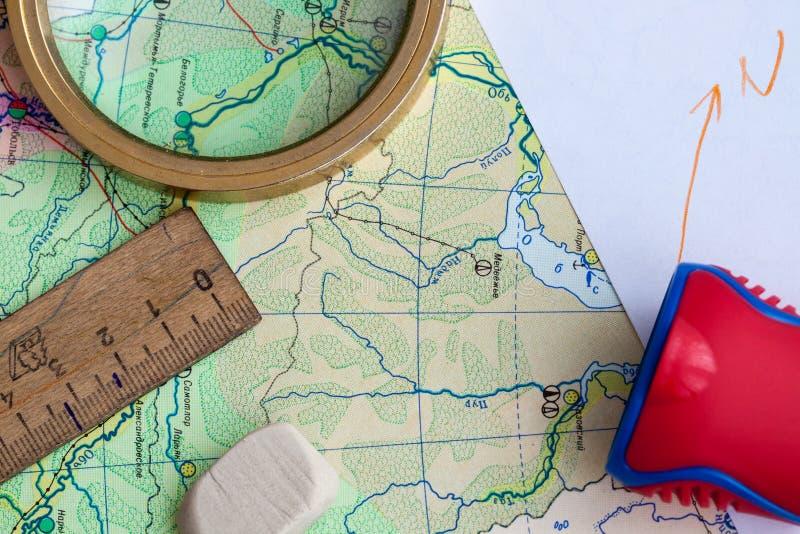 Karte und Bleistift auf dem Tisch stockfotografie