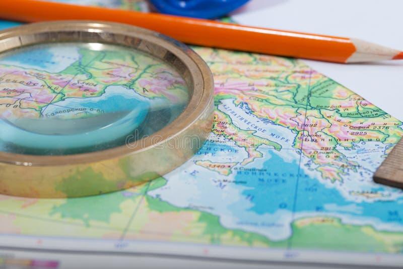 Karte und Bleistift auf dem Tisch stockbild