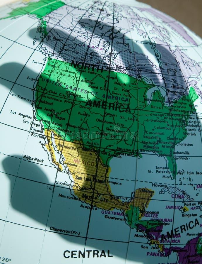 Karte und der Schatten der Hand lizenzfreie stockfotos