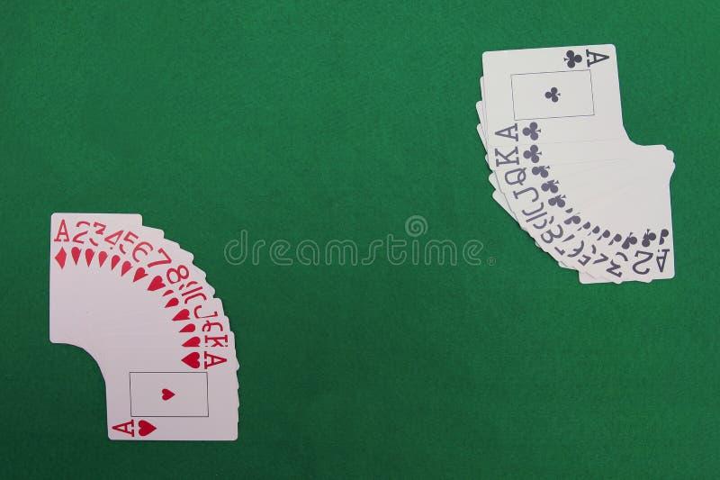 Karten auf grüner Tabelle lizenzfreies stockbild