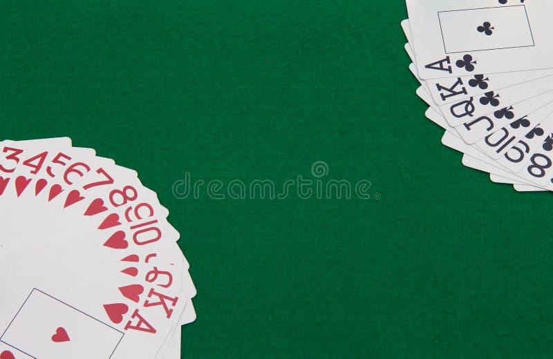 Karten auf grüner Tabelle lizenzfreie stockfotos