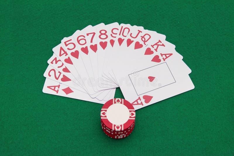 Karten und Chips auf grüner Tabelle stockfoto