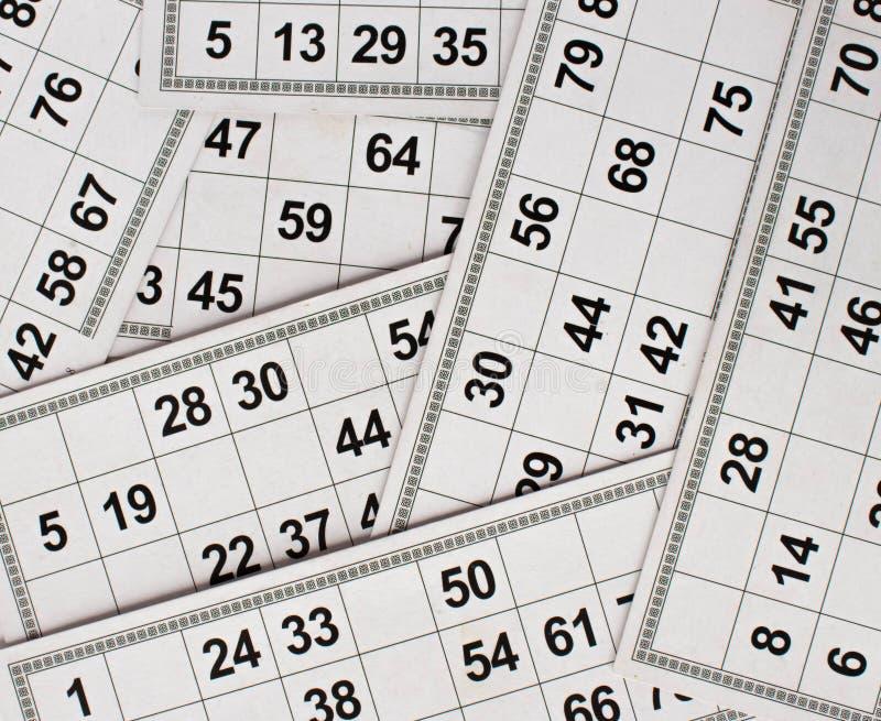 Karten und Fässer für russisches Lottobingospiel auf weißem Hintergrund stockfotos