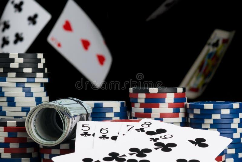 Karten und Pokerchips auf dem Hintergrund von fallenden Karten lizenzfreie stockbilder
