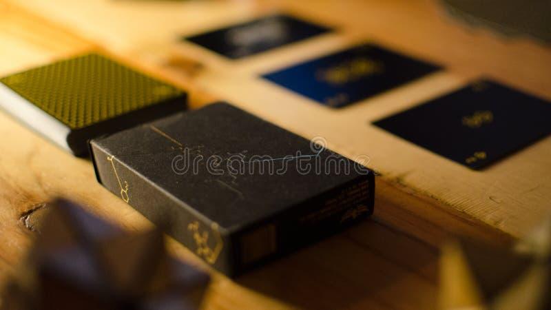 Kartenspielensatz auf Restlicht lizenzfreie stockfotos