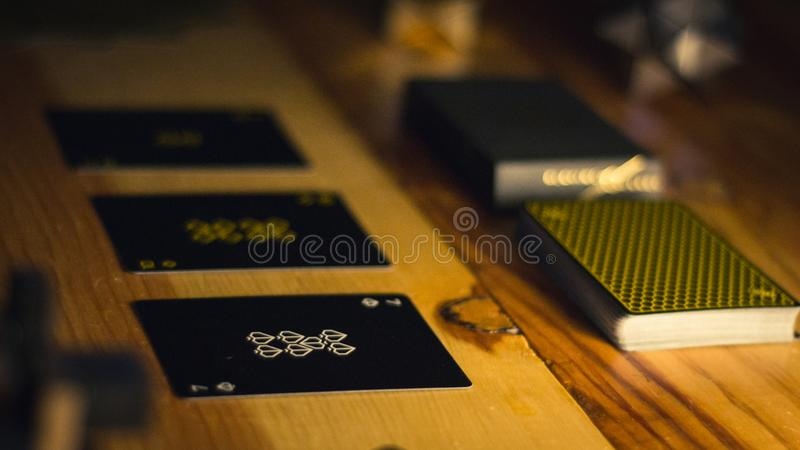 Kartenspielensatz auf Restlicht lizenzfreies stockbild