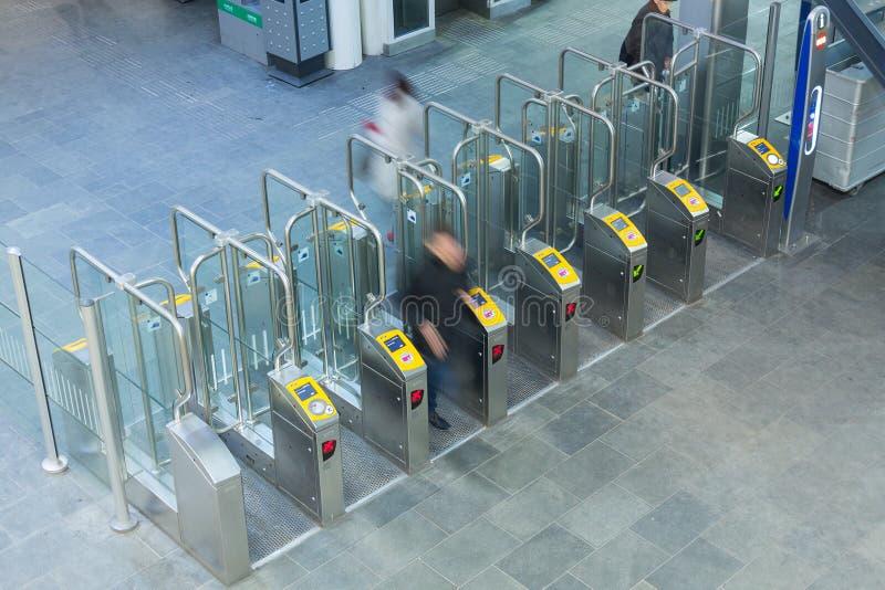Kartentore an einem Bahnhof lizenzfreies stockfoto