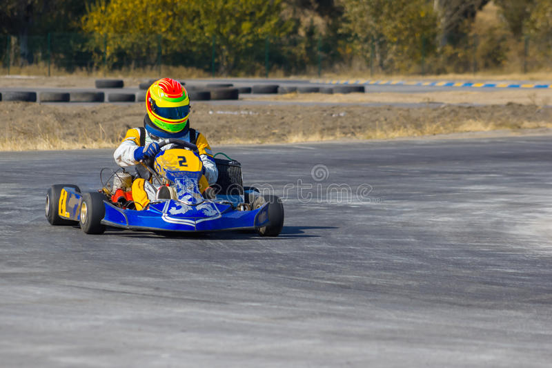 Karting - motorista no capacete no circuito do kart fotografia de stock royalty free