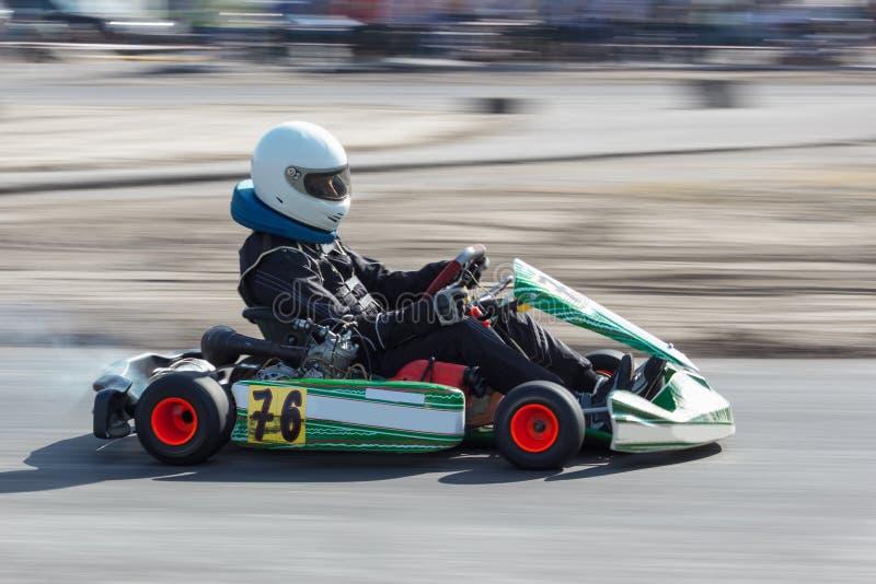 Karting - motorista no capacete no circuito do kart imagens de stock