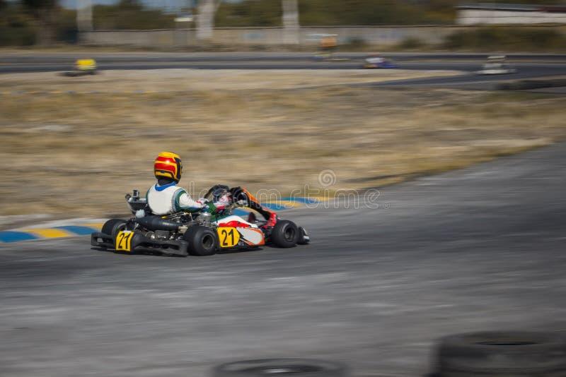 Karting - motorista no capacete no circuito do kart foto de stock