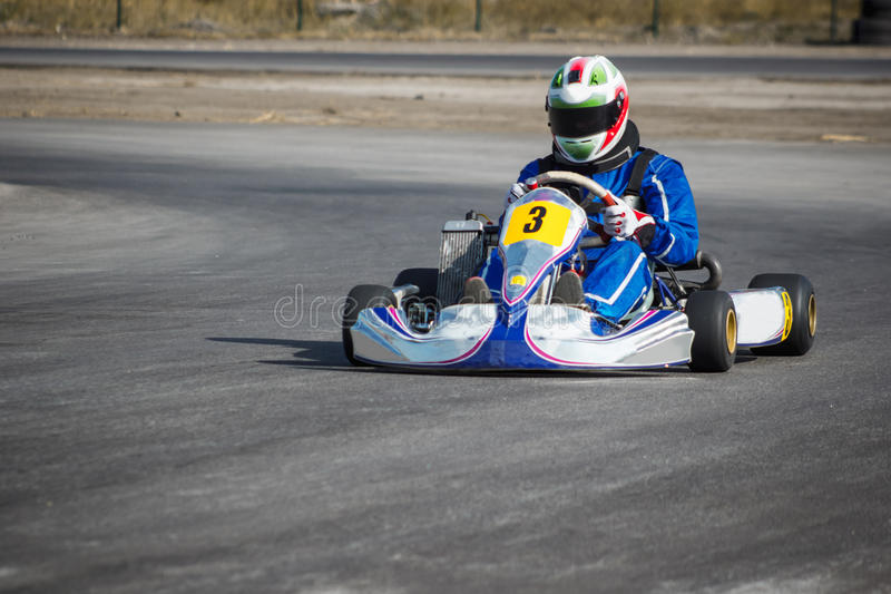 Karting - motorista no capacete no circuito do kart fotos de stock royalty free