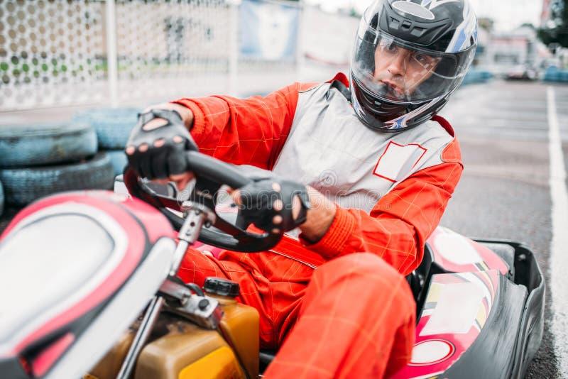 Karting-Rennen, gehen Warenkorbfahrer im Sturzhelm lizenzfreie stockfotos