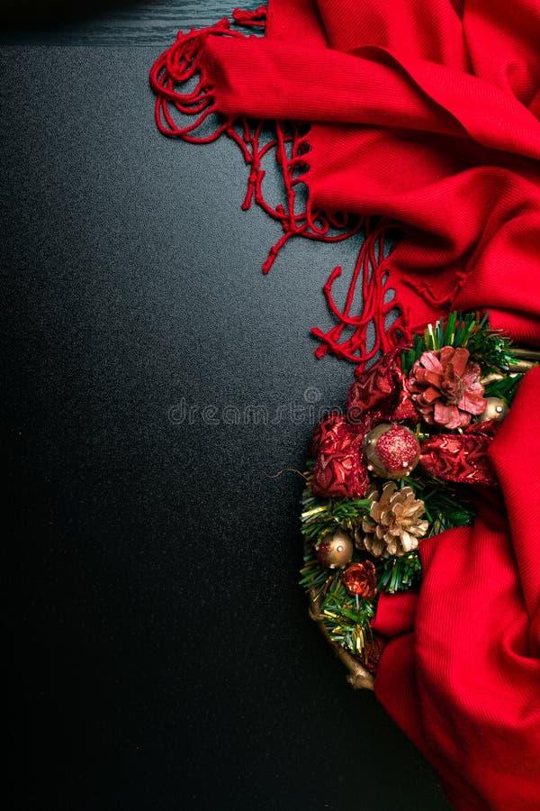 """Kartka bożonarodzeniowa, """"Wesoło boże narodzenia"""" z ramą """"dekorowaliśmy z czerwonym szalikiem na drewnianym tle Mieszkanie nieatu zdjęcia stock"""