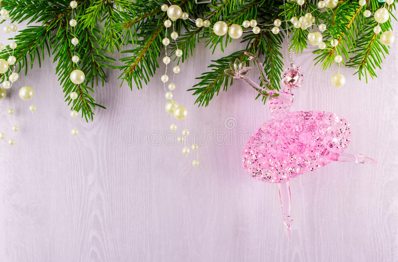 Kartka bożonarodzeniowa jodeł gałąź i różowa balerina na popielatym tle fotografia royalty free