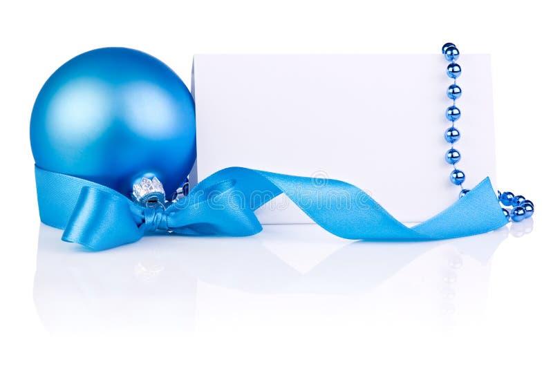 Kartka Bożonarodzeniowa z Błękitny Piłką, tasiemkowy łęk, koraliki fotografia stock