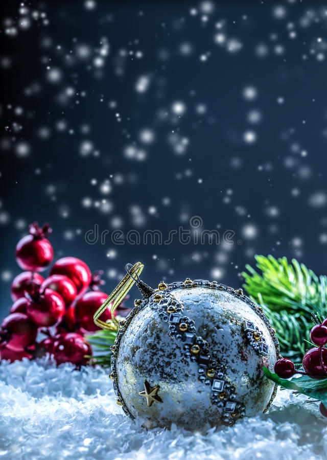 Kartka bożonarodzeniowa z balową jodłą i wystrój na błyskotliwości tle Bożenarodzeniowa piłka na błyskotliwości tle swiat fotografia royalty free