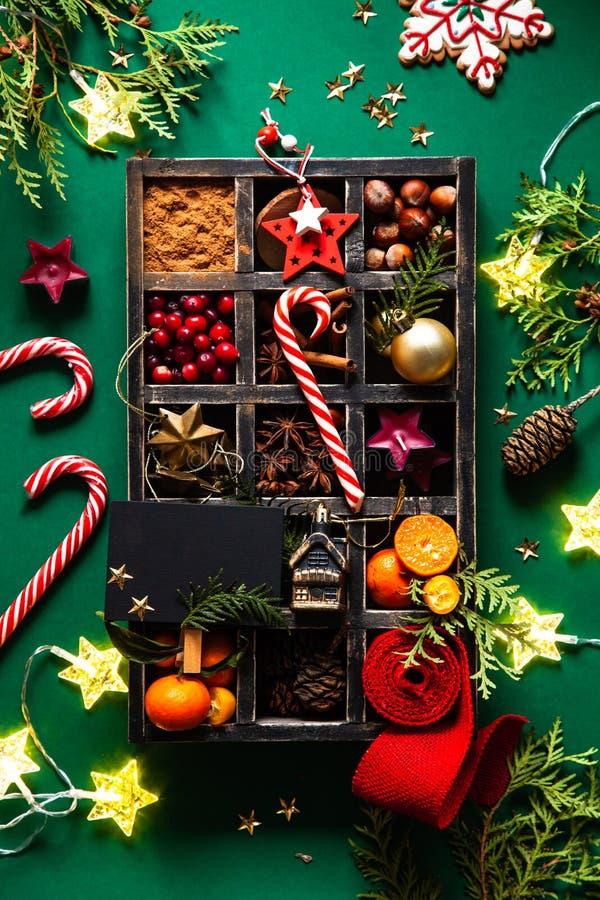 Kartka bożonarodzeniowa z boże narodzenie dekoracją w drewnianym pudełku obrazy royalty free