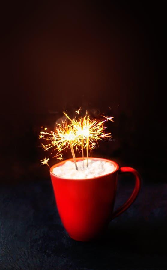 Kartka Bożonarodzeniowa z gorącym kakao w czerwonym kubku, iskrzasty Bengal f zdjęcia royalty free