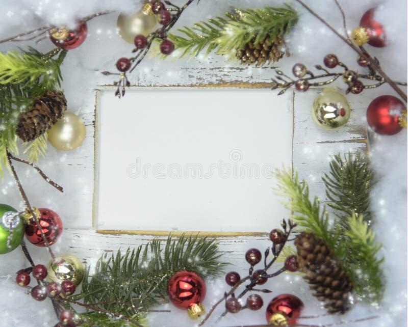 Kartka bożonarodzeniowa z ramą, złotem i czerwonymi dokrętkami, ornamentów gałęziastych i sosnowych zdjęcie stock