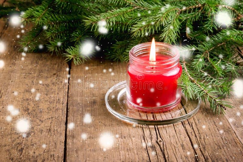 Kartka Z Pozdrowieniami dla bożych narodzeń i nowego roku wakacji świerczyny gałąź Czerwonego świeczki Drewnianego tła Bożenarodz zdjęcia royalty free