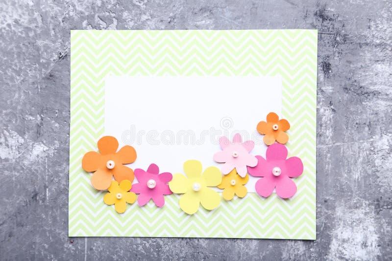 Kartka z pozdrowieniami z papierowymi kwiatami fotografia stock