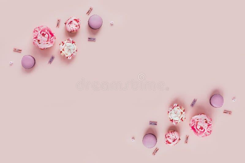 Kartka z pozdrowieniami z peoniami i macaroons zdjęcie stock
