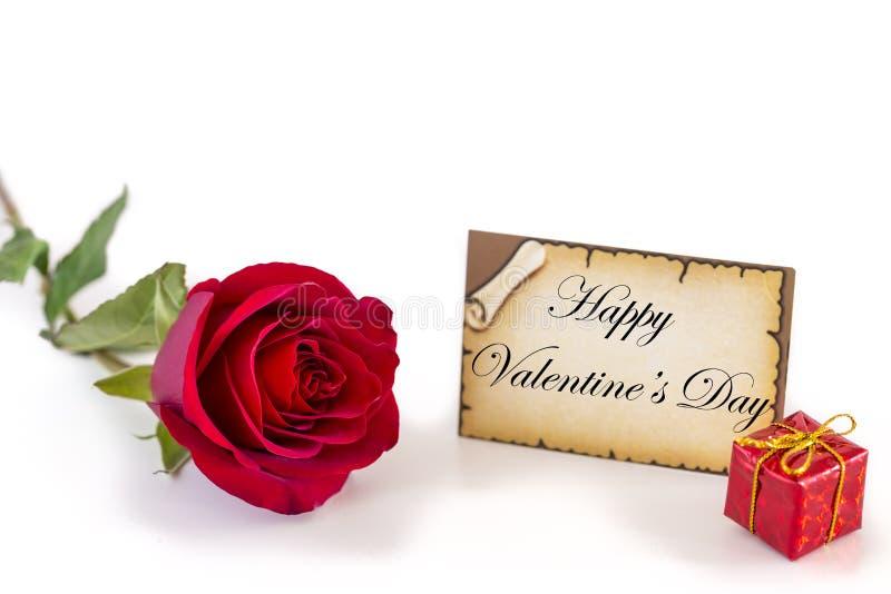 Kartka z pozdrowieniami z pojedynczą czerwieni różą i prezenta pudełkiem na białym tle zdjęcia royalty free