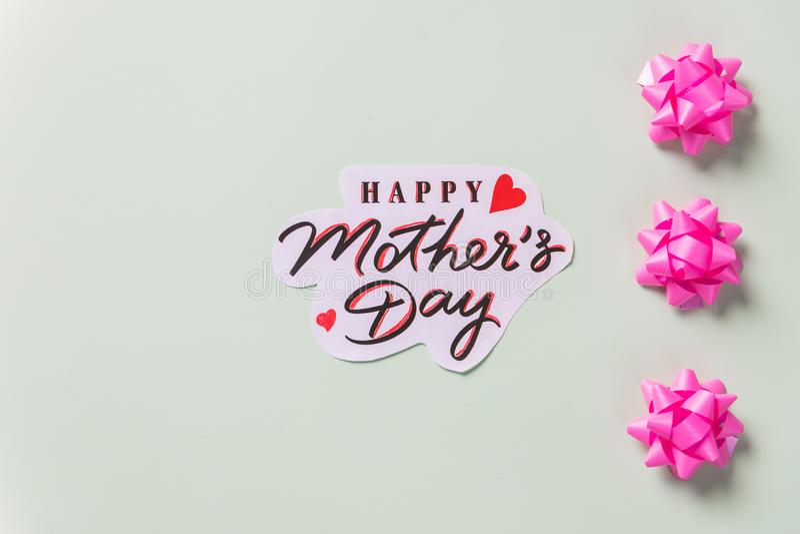 Kartka z pozdrowieniami z różowym tasiemkowym łękiem dla mamy sztuki twórczość na stole Matka dzień, kartki z pozdrowieniami DIY  zdjęcie royalty free