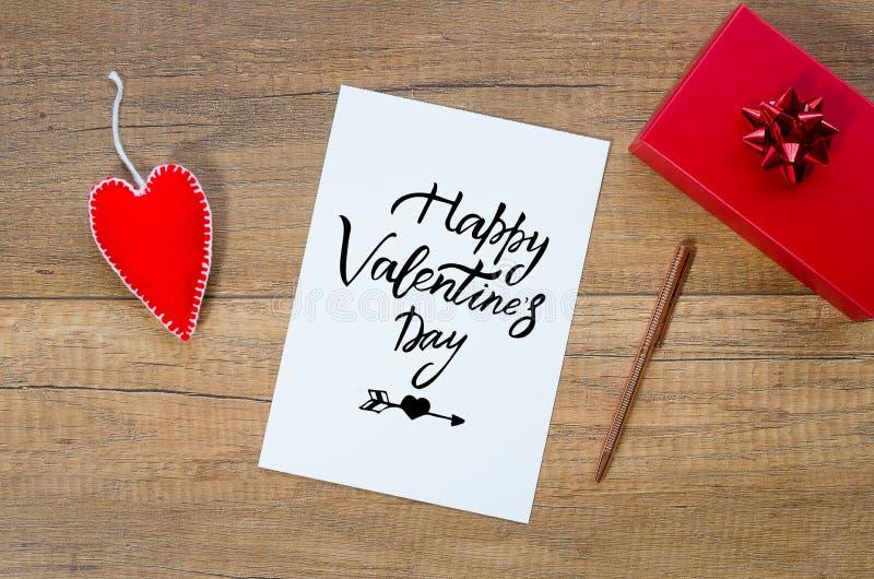 Kartka z pozdrowieniami z ręki literowaniem życzy szczęśliwego valentines dzień, prezenta pudełko i handmade filc zabawki serce n zdjęcie royalty free