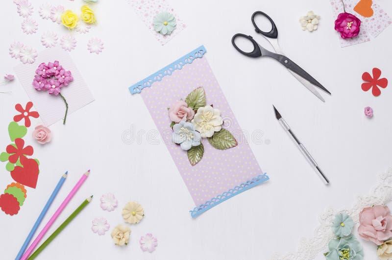 Kartka z pozdrowieniami robić papierowi kwiaty Scrapbooking obrazy stock