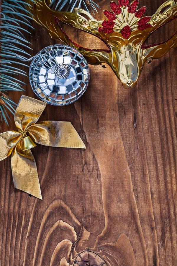 Kartki bożonarodzeniowa lustrzanej dyskoteki balowy złoto barwił łęk carnaval maskę fotografia stock