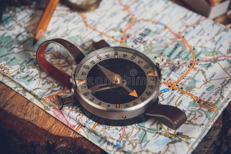 Kartlägga med kompasset Enkla navigeringhjälpmedel som ska orienteras i världen royaltyfria foton