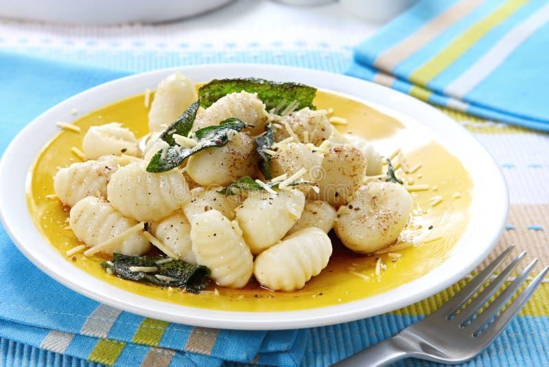 Kartoffel Gnocchi mit weiser Butter lizenzfreie stockbilder