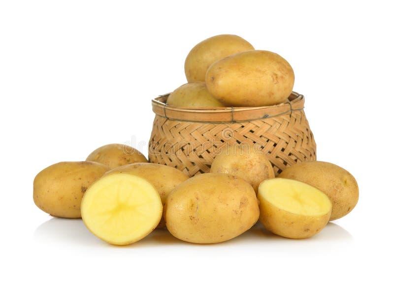 Kartoffel im Korb lokalisiert auf weißem Hintergrund stockfotos