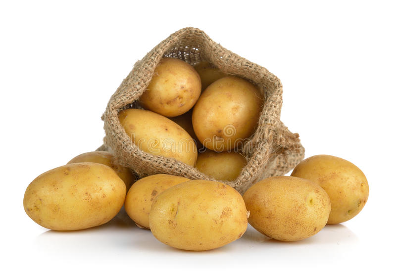 Kartoffel im Sack lokalisiert auf weißem Hintergrund stockbild