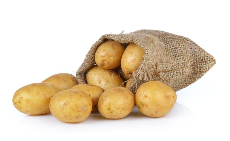 Kartoffel im Sack lokalisiert auf weißem Hintergrund stockfotografie