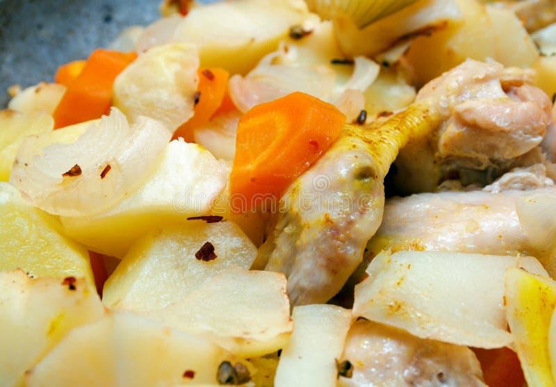 Kartoffel mit einer Henne auf Grill. lizenzfreies stockbild