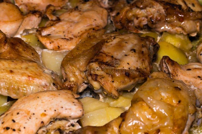 Kartoffel mit einer Henne auf Grill Vollständiges Bratenhuhn lizenzfreie stockbilder