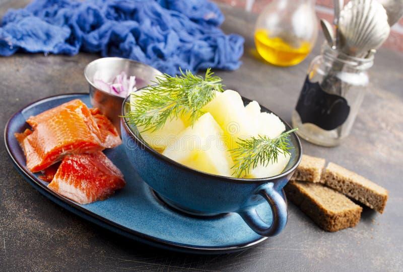 Kartoffel mit Fisch stockfoto