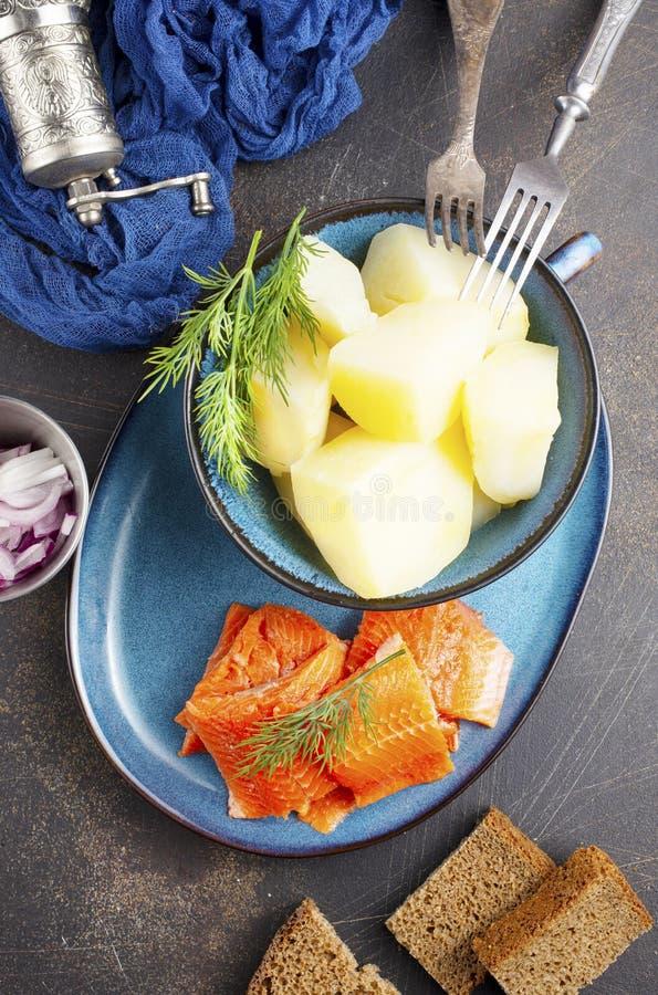 Kartoffel mit Fisch stockbild