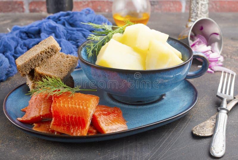 Kartoffel mit Fisch stockfotografie