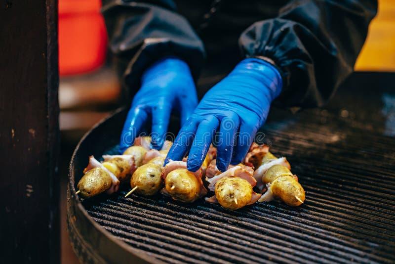 Kartoffel mit Speck auf Aufsteckspindeln kochte an der Stange lizenzfreies stockfoto