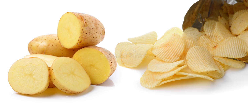 Kartoffel und Kartoffelchips lokalisiert auf weißem Hintergrund lizenzfreie stockbilder