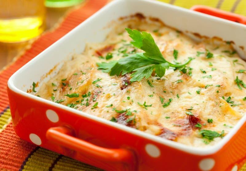 Kartoffel- und Kohlrabigratin lizenzfreies stockbild