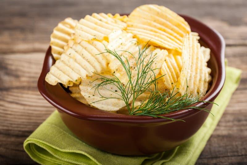 Kartoffelchip innen Schüssel stockfotos