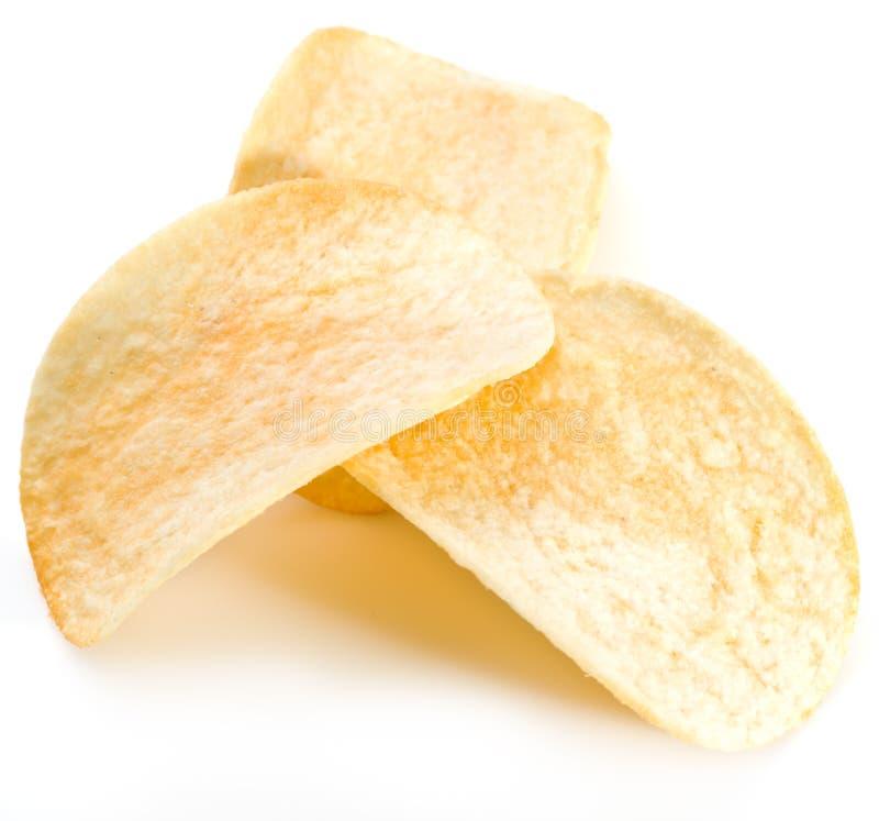 Kartoffelchips auf weißem Hintergrund stockbild